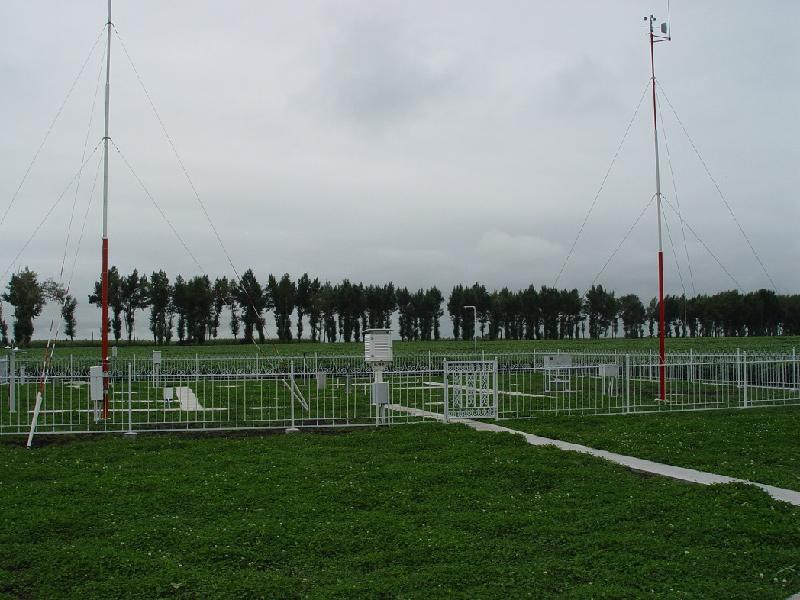 位于气象观测场中央,监测水面蒸发数据。
